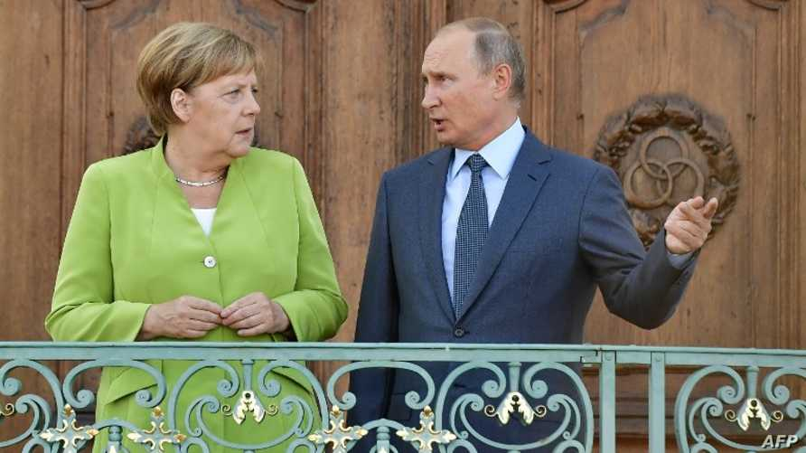 المستشارة الألمانية ميركل خلال استقبالها الرئيس الروسي بوتين