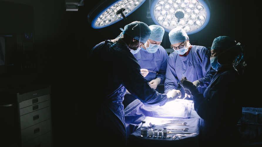 أطباء في غرفة العمليات