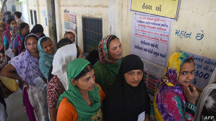 ناخبون أمام أحد مراكز الاقتراع في الهند