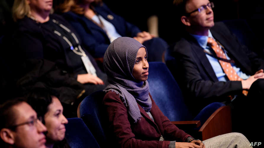 النائبة الديمقراطية إلهان عمر خلال جلسة ترحيب بالأعضاء الجدد في الكونغرس