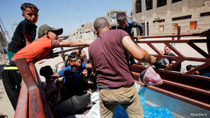 سيارة لتوزيع الطعام على أهالي الموصل