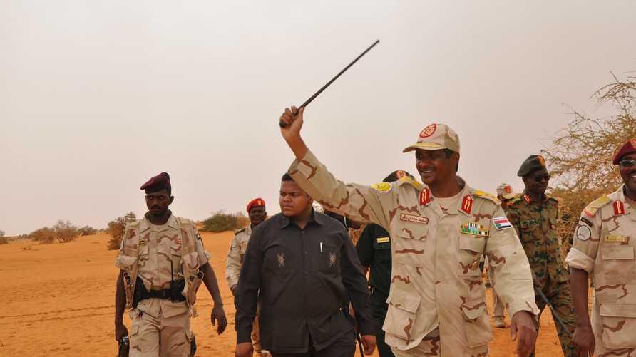 الفريق أول محمد حمدان دقلو مع عناصر من قوات الدعم السريع