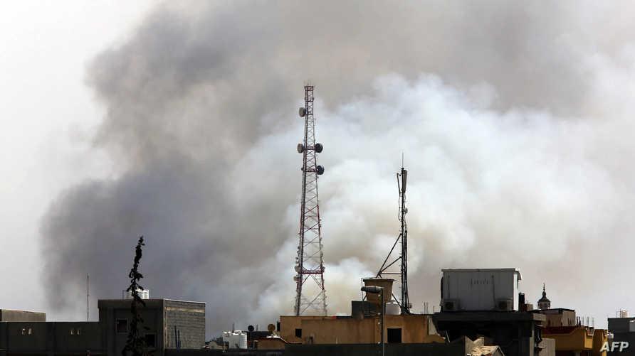 الدخان يتصاعد في طرابلس خلال اشتباكات سابقة- أرشيف