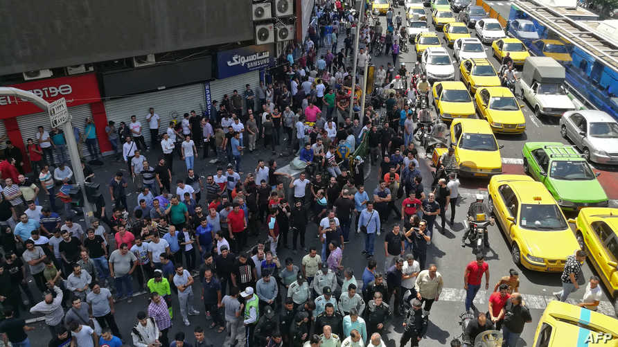 تجمعات لإيرانيين معترضين على تدهور سعر الريال الإيراني