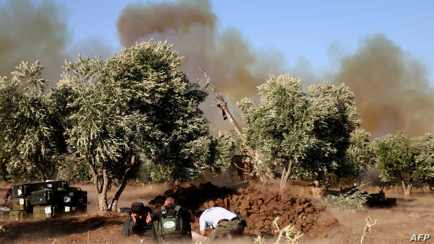 مقاتلون سوريون من المعارضة خلال قصف يستهدف قوات النظام في محافظة درعا