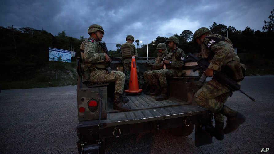 جنود مكسيكيون في إحدى الطرق التي يسلكها المهاجرون غير الشرعيين للوصول إلى الحدود الأميركية