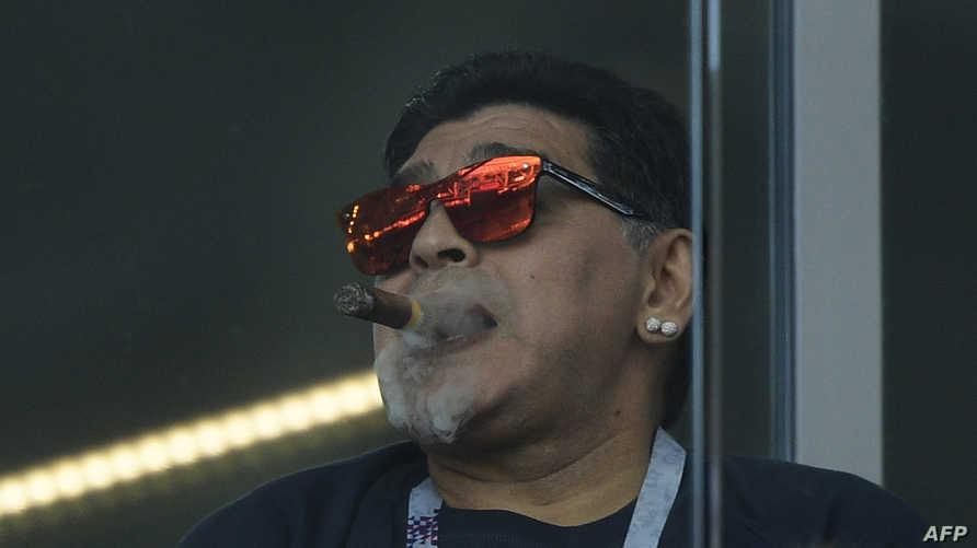 مارادونا يدخن السيجار على مدرجات الملعب