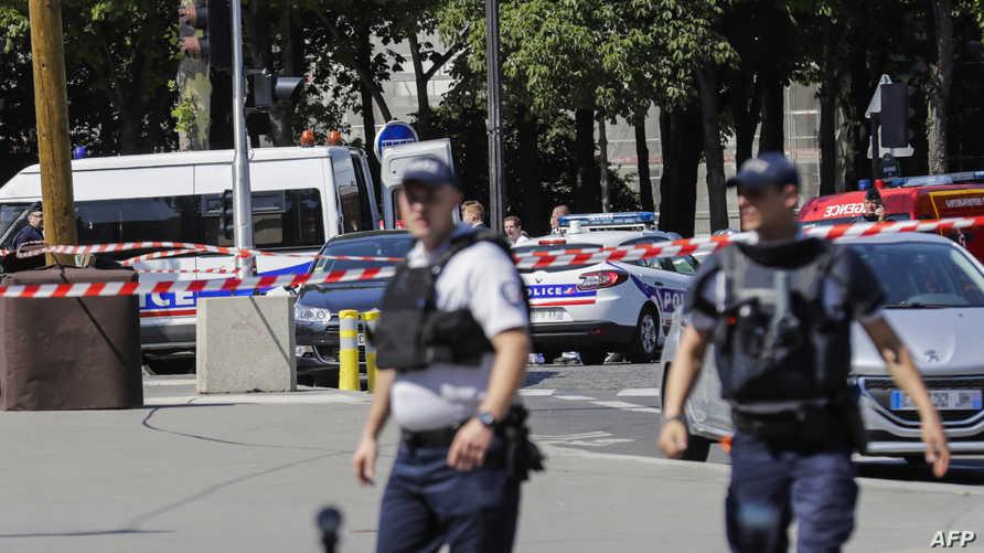 عنصران من الأمن الفرنسي في الشانزليزيه