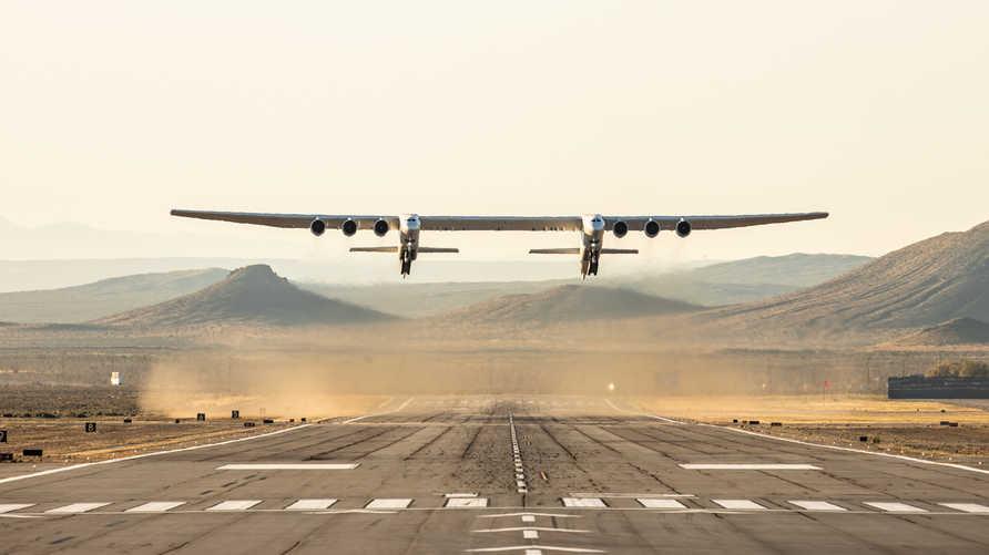 """طائرة """"ستراتولانش"""" تحلق من ميناء موهافي الجوي"""