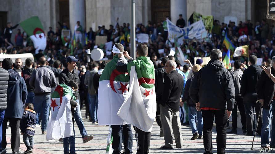 """اجتماع جزائريين بساحة البريد المركزي قبل انطلاق مظاهرات """"جمعة الرحيل"""""""