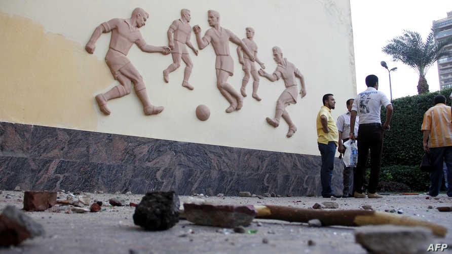 عصي وحجارة بالقرب من مبنى اتحاد كرة القدم المصري