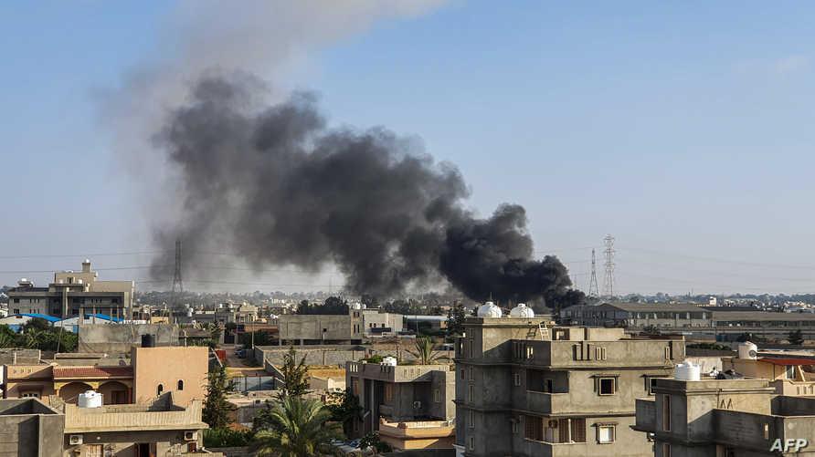 الدخان يتصاعد من منطقة تعرضت للقصف في ليبيا- أرشيف