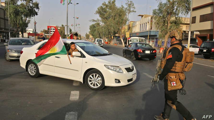 عنصر أمن تابع لوزارة الداخلية العراقية في كركوك بعد إعلان فرض حظر تجول المركبات الاثنين