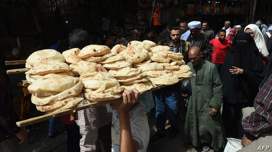 بائع خبز في أحد أحياء القاهرة