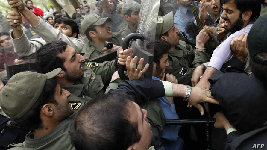 متظاهرون إيرانيون يحاولون اقتحام السفارة الهولندية في طهران 2008