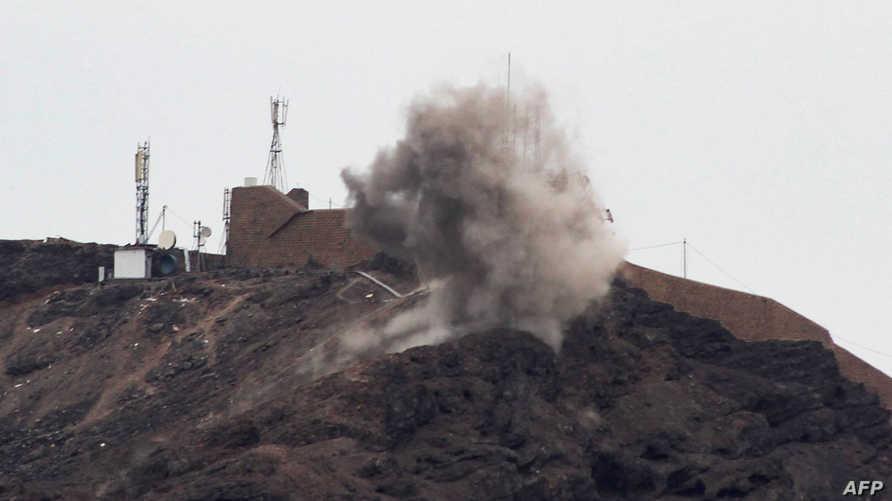 جانب من القصف المتبادل بين القوات الحكومية والانفصاليين في عدن