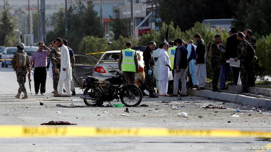 قوات الأمن الأفغانية في موقع التفجير الانتحاري في كابول