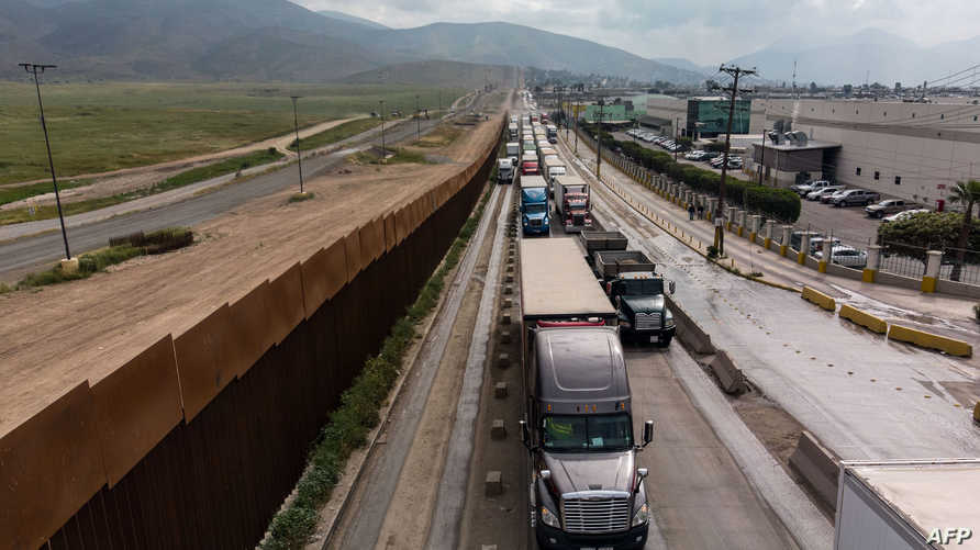 شاحنات تستعد لعبور الحدود بين المكسيك والولايات المتحدة