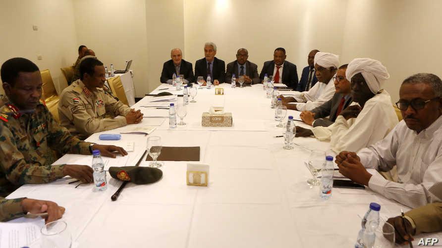 جلسة مفاوضات بين المجلس العسكري الحاكم وقياديين في تحالف الحرية والتغيير في الخرطوم