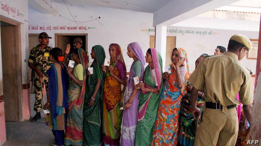 هنديات عند مدخل مكتب انتخابي