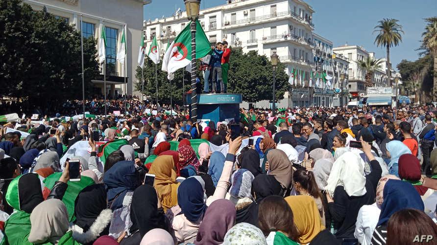 جانب من تظاهرة في مدينة عنابة الجزائرية ضد ترشح بوتفليقة لولاية خامسة