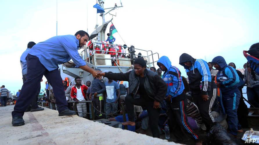 مهاجرون غير شرعيون أنقذهم خفر السواحل الليبي-أرشيف