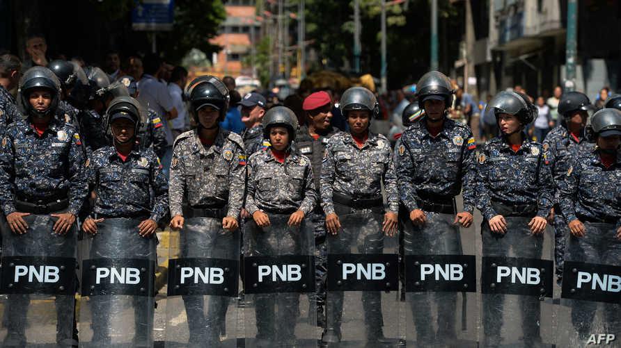 الشرطة الفنزويلية تتصدى لمتظاهرين ضد نظام الرئيس المطعون بشرعيته نيكولاس مادورو