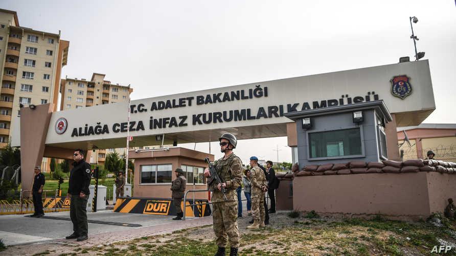 جنود عند مدخل المحكمة التي مثل أمامها القس الأميركي