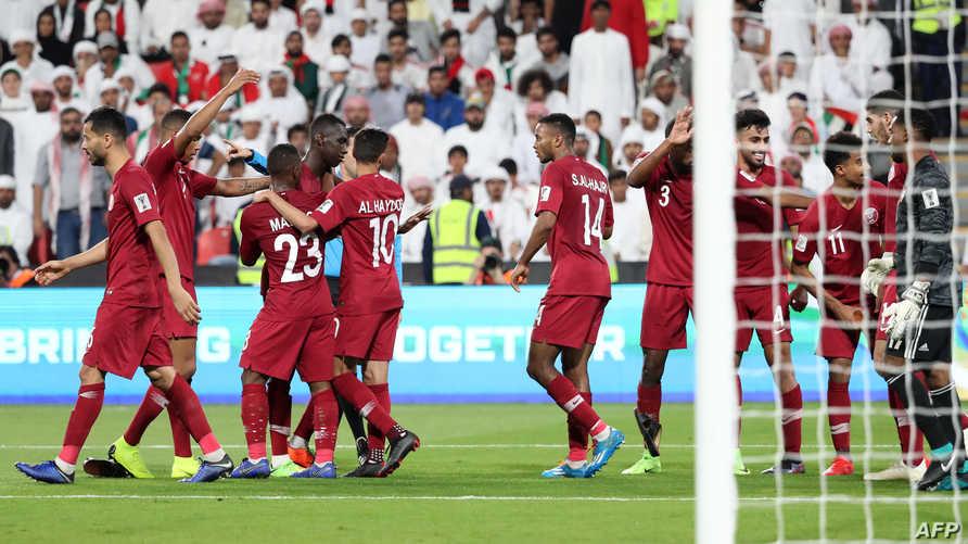 لاعبو قطر يحتفلون بتسجيل المعز علي هدفا ضد الإمارات في نصف نهائي كأس آسيا