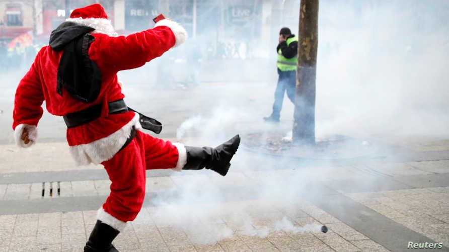 بابا نويل يواجه الغاز المسيل للدموع