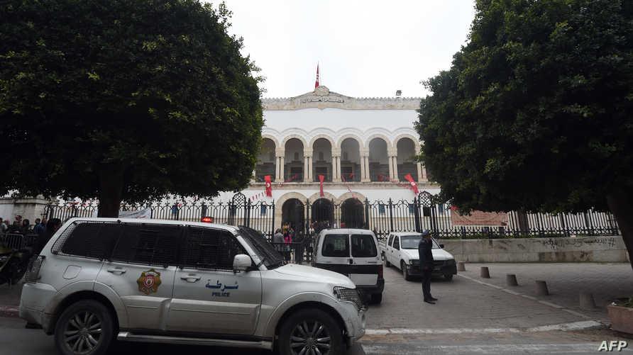 سيارات الشرطة خارج محكمة في تونس، أرشيف