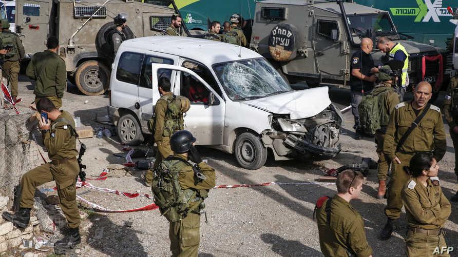 جنود إسرائيليون في موقع الحادث بالضفة