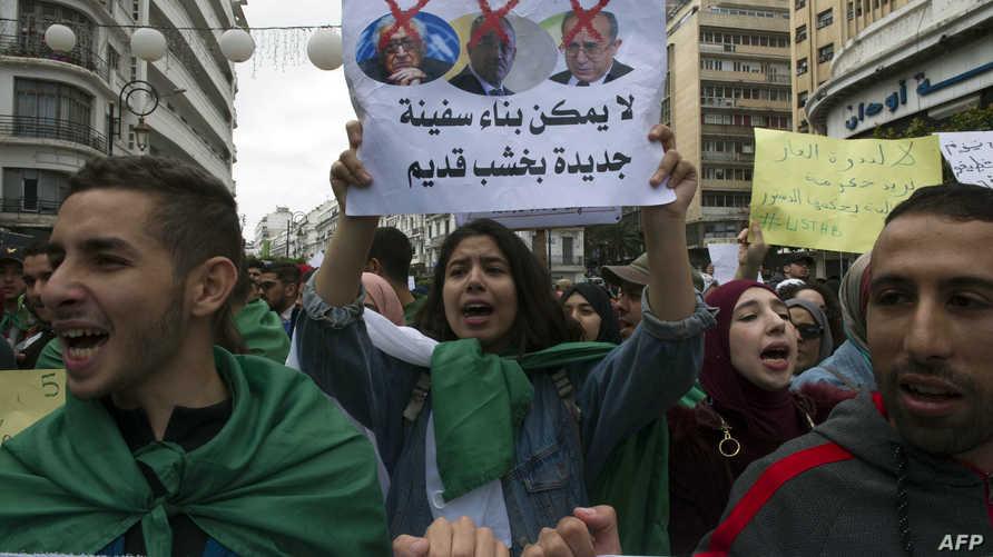 يافطة رافضة للنظام الجزائري بأكمله