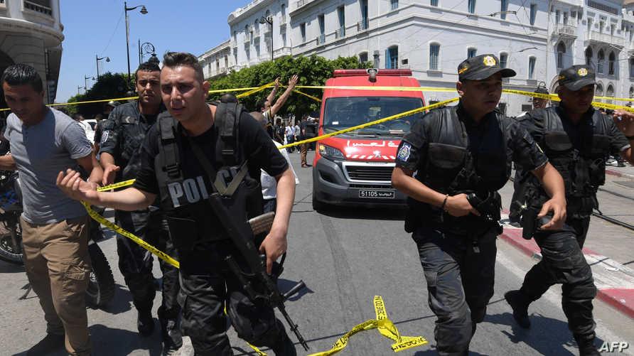 عناصر في الشرطة التونسية في موقع الهجوم