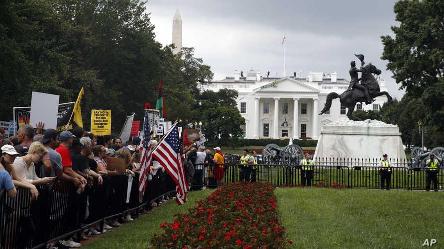 متظاهرون أمام البيت الأبيض