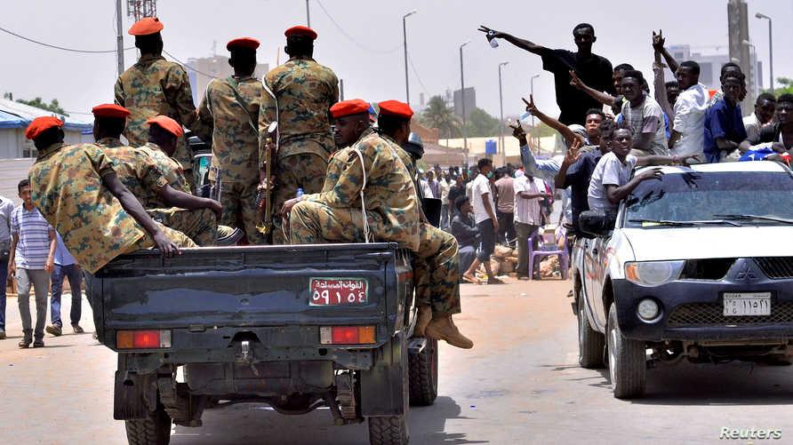 مواطنون وجنود في الخرطوم