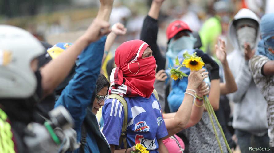متظاهرون مؤيدون للمعارضة في كاراكاس