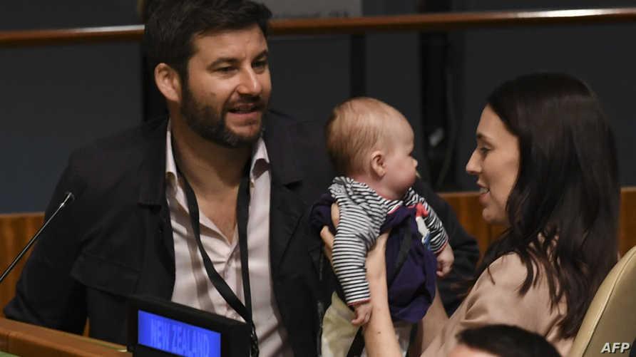 رئيس الوزراء النيوزيلندية مع خطيبها كلارك غايفورد وابنتهما