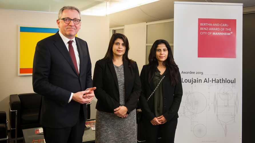 علياء ولينا الهذلول تتسلمان الجائزة عن شقيقتهما المحتجزة في السجون السعودية