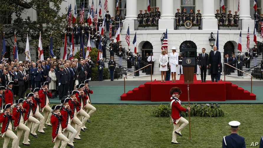 الرئيس ترامب والسيدة الأولى مع الرئيس الفرنسي وزوجته خلال استقبالهما في البيت الأبيض