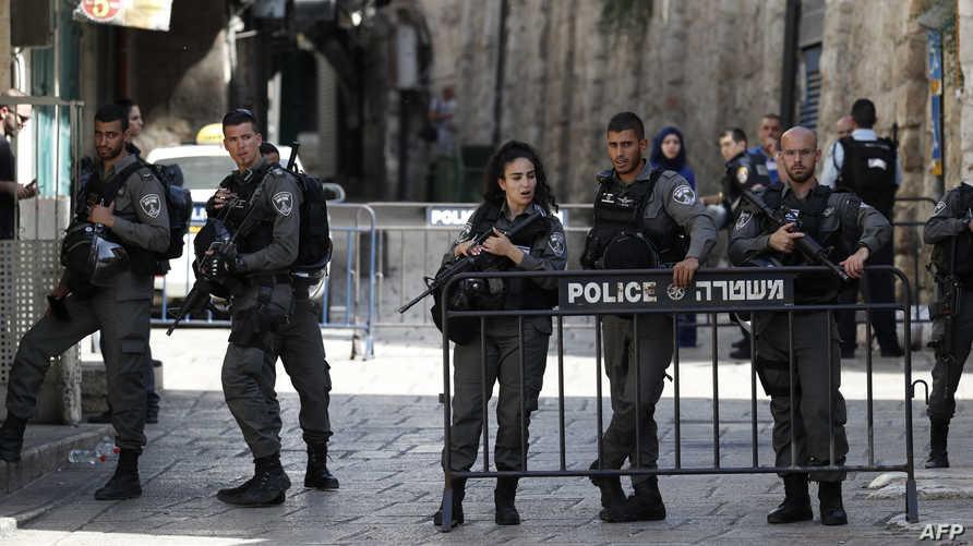 عناصر من الشرطة الإسرائيلية على مدخل للمسجد الأقصى