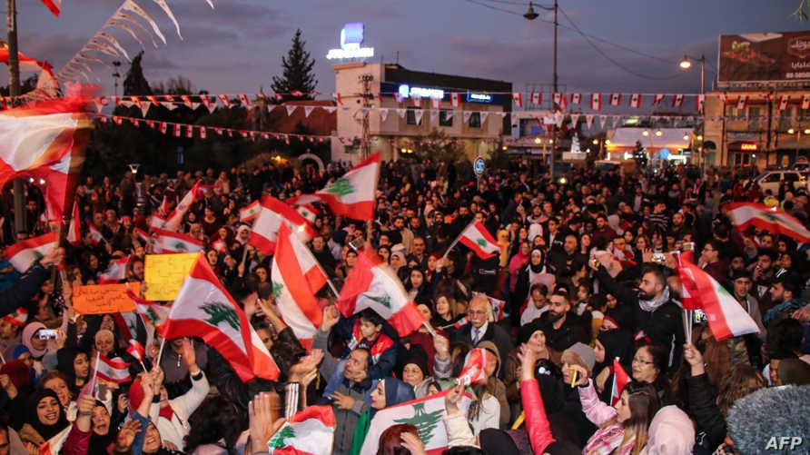 متظاهرون لبنانيون في ميدان خليل مطران في بيروت