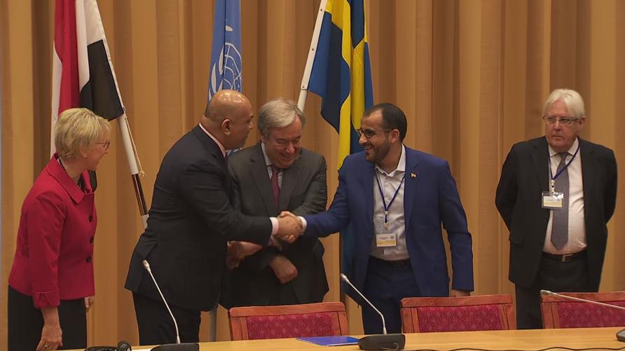 مصافحة بين وزير الخارجية اليمني في الحكومة المعترف بها دوليا (يسار وسط) ورئيس وفد الحوثيين (يمين وسط)