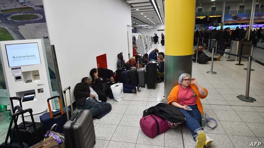 مسافرون في مطار غاتويك بعد تعليق الرحلات فيه