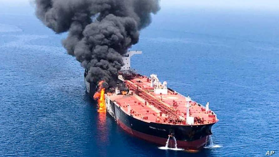 الدخان يتصاعد من ناقلة نفط تعرضت للهجوم قبالة خليج عمان - 13 حزيران/يونيو