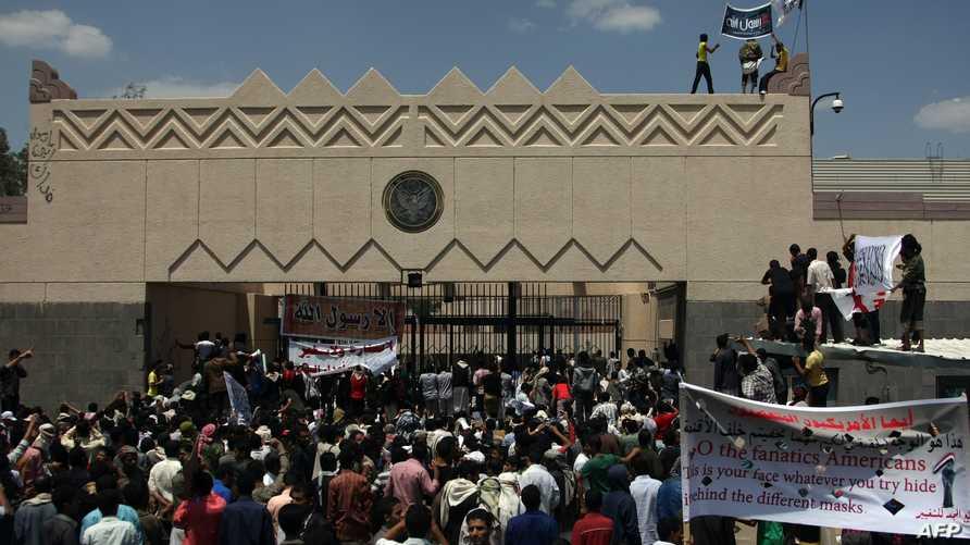 متظاهرون يخترقون أحد الأسوار المحيطة بمجمع السفارة الأميركية في صنعاء