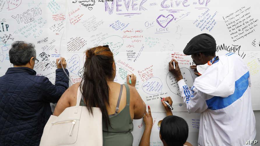 مواطنون بريطانيون يكتبون رسائل تعزية لضحايا حريق لندن