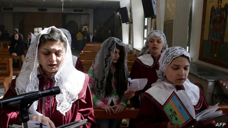 نازحون آشوريون قارون من داعش في قداس ديني