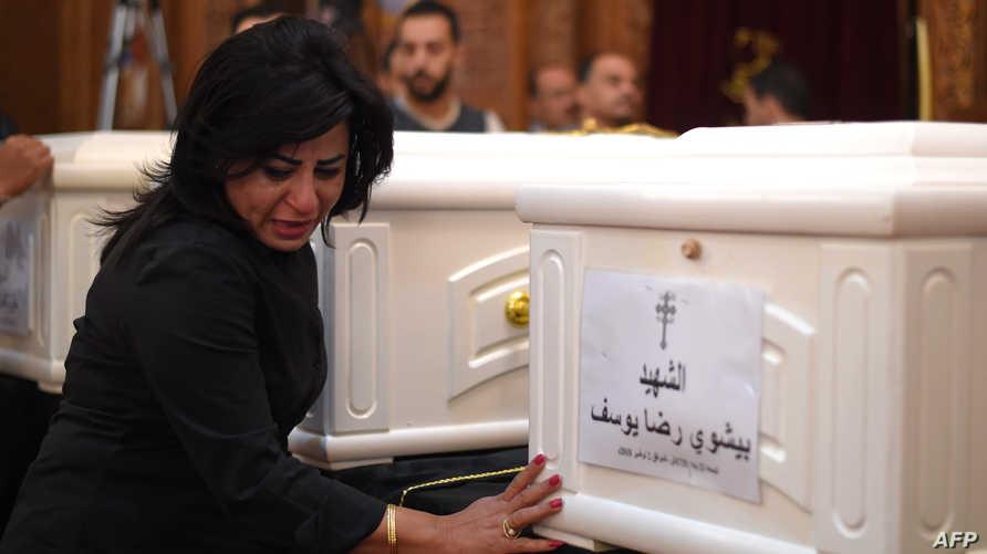 امرأة تبكي حزنا على ضحايا هجوم تعرض له أقباط في ألمنيا
