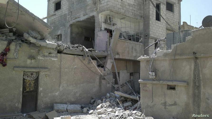 بناية في مخيم للاجئين الفلسطينيين في درعا لحقت بها أضرار جراء العنف في سورية